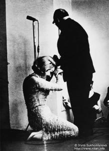 Marlen Ditrix konsertində Paustovski önündə diz çökür.